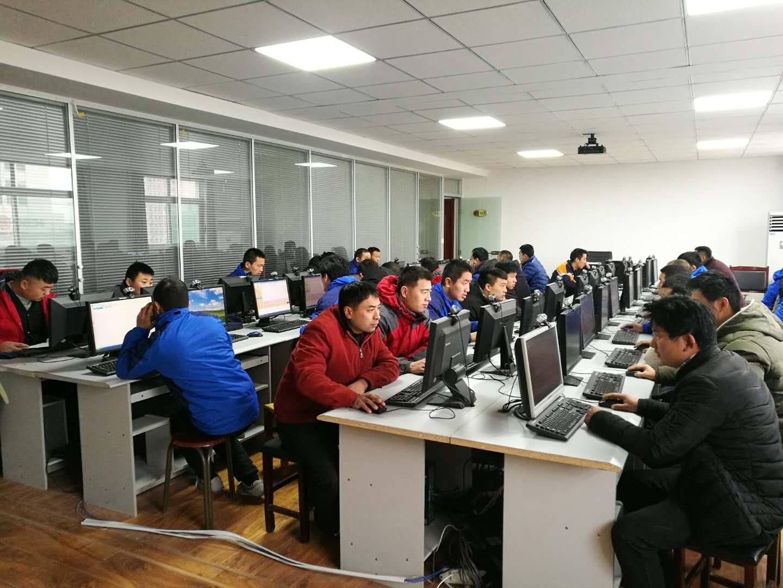 学员在上机练习.jpg